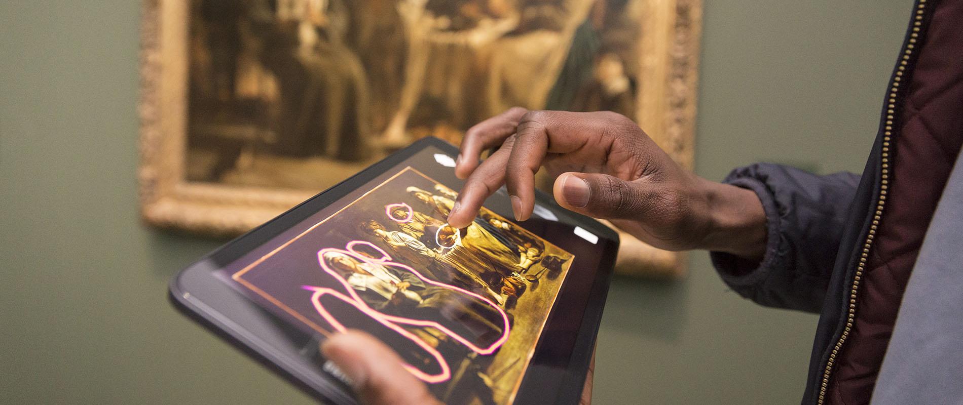 Photogrpahie d'une personne manipulant une tablette tactile